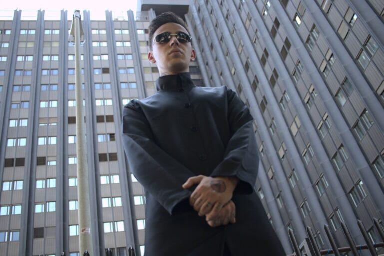 """Akes lancia la sua """"rivoluzione"""" tra elettronica e rap"""